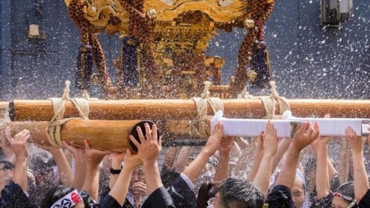 100tの温泉と泡が宙を舞う祭りのハイライト